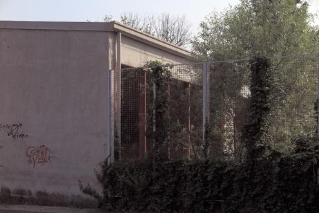 Ciò che si intravede dalla rete della facciata della casa dell'acqua