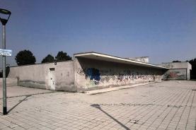 """La vista della casa con l'entrata chiusa da via Civitavecchia 110 e il """"percorso"""" senza pensilina verso il parco!"""