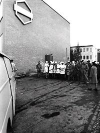 19710112 Sciopero dei lavoratori della Bracco contro la chiusura di alcuni reparti - Picchetto davanti all'ingresso della fabbrica Silvestre Loconsolo ww