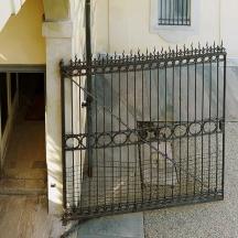 Varcato il portale e percorso il passocarraio vi è un cancello superato il quale è possibile accedere al parco/girdino della villa