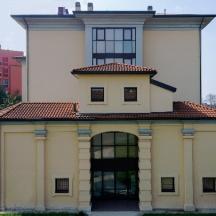 Il fronte è il vestibolo della villa delle Rose. L'edificio dietro è la ex clinica dell'ospedale San Raffaele.