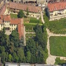 Veduta aerea della Villa, che oltre ad avere un parco/giardino ha anche un giardino a labitinto. (foto primi anni '80 tratta da una scheda di Lombardia Beni Culturali). A destra oggi vi è un giardino pubblico. (All'epoca in fase di realizzazione.
