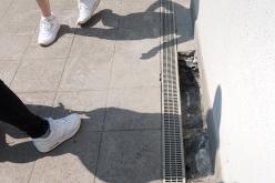 La canalina per difetto di costruzione o di progettazione ha un solo punto di scarico che non ha funzionato. L'inquilino dell'appartamento sottostante dopo infiltrazioni d'acqua e intervento della ASL ha abbandonato l'appartamento.