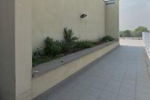 Questo è un passaggio di raccordo del terrazzo, con un fazzoletto di terra