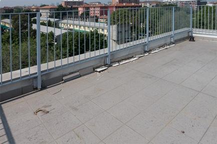 Zoccolino del terrazzo distaccato. Ritornati nello spazio comune gigando a destra si arriva al giardino penzile