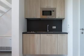 Lo spazio attrezzato cucina dell'appartamento con due letti. Prezzo circa 1200 euro mensili