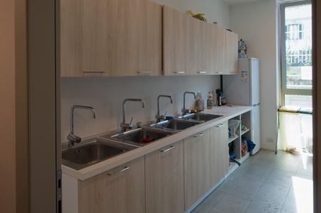 I lavabi della cucina dello stabile su via Rombon per i residenti che non hanno cucina in camera