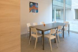 Tavoli all'interno del salone/studio/refettorio