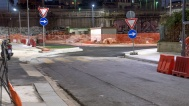 In fondo alla via, segnalata per ora da un cartello provvisorio, vi è una curva a 90 gradi che costeggia le scuole di via Pini.