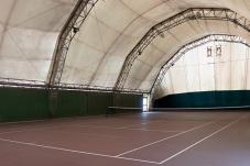 Uno dei due campi da tennis al coperto