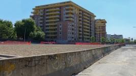 Oltrepassata via Rodano vi è questo corridoio tra massicciata e terra riportata che dovra essere ?...