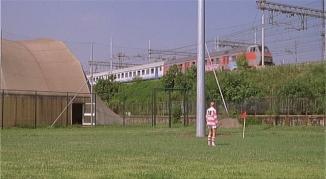 La ferrovia con un treno che viene da Lambrate