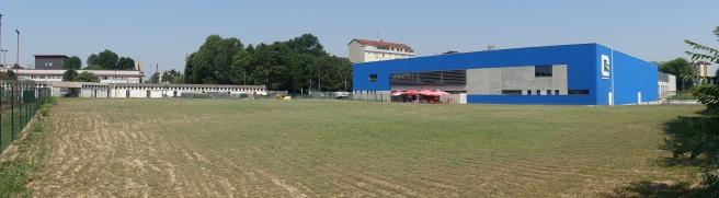 """Vista della FAcciata """"Laterale"""" dal lato della massicciata ferroviaria"""