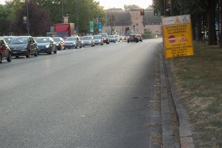 L'unico cartello su via Rombon che segnala i lavori nel sottoasso che da a via Porpora