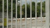 Parte del muro di cinta della fabbrica, subito all'ingresso a sinistra, crollato da mesi.