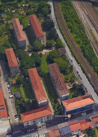 Le case dei ferrovieri. Le case in basso insieme alle 2 perpendicolari ad esse insistono su via Pitteri. Le Altre 4 su via Cima.