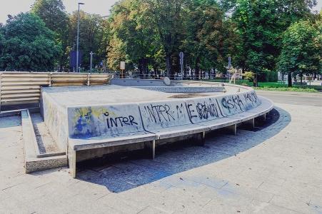 """La fontana senz'acqua in piazzale Dateo """"amministrata"""" dal Municipio 4"""