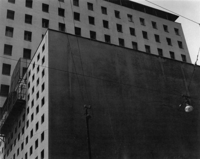 Gabriele Basilico, 1983 Cinema Astor, all'interno del complesso polifunzionale di corso Buenos Aires 36, Milano, 1947-1949 (Arch. Piero Bottoni con Arch. Guglielmo Ulrich) Stampa ai sali d'argento su carta baritata (VINTAGE PRINT), 30x40 cm