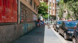 Ore 10.05 bambini in fila in via Zanella