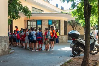 ore 10,35 Bambini della scuola di via Giacosa attendono di entrare