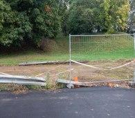 Guard rail rimosso e posto sul prato del parco Lambro. La sua funzione è quella di impedire che le macchine salgano sul prato. Peccato che non si pensi ai pedoni realizzando un marciapiede.