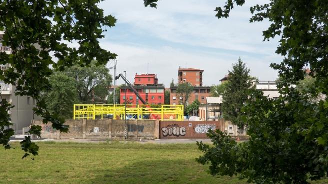 Ora la ditta Vitali sta procedendo a innalzare questa struttura gialla e il panorama è già cambiato.