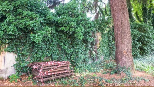 Prima della fine del muro che affaccia su via Crescenzago fanno bella mostra delle ringhiere accatastate che impedivano l'ingresso al giardino dell'asilo.