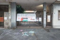 Il fronte della fabbrica con gli ingressi tapezzati da cartelli