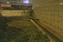Il muretto della discesa al sottopasso e la grata manchente.