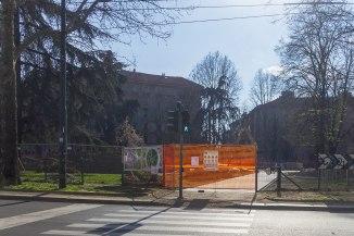 """Da via Pacini è possibile attraversare con l'ausilio di un semaforo la Piazza. E così iniziare il percorso su un """"viale largo 4 m"""" che conduce ai 5 gradoni al centro della gocciale"""""""